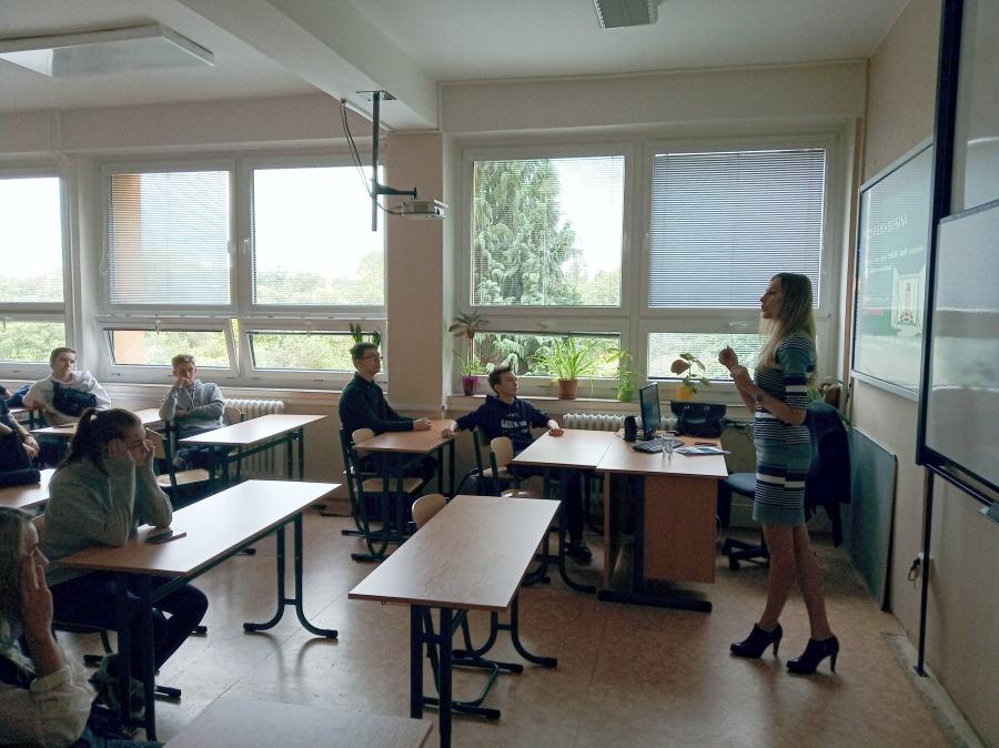 Bankéři do škol